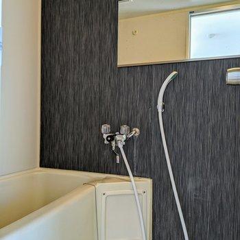 アクセントクロスが素敵なお風呂場。鏡が横長です。