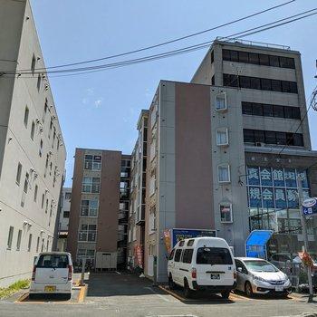 敷地内駐車場のある建物ですよ。