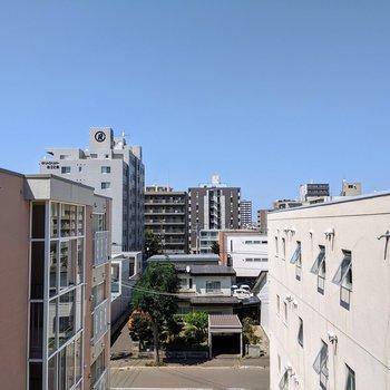 北向きの窓。周りに高い建物がないので風通し、見晴らしは良いですね。