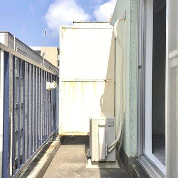 バルコニーにはしっかり陽が入ります。屋根はないので洗濯物を干す時は注意です。