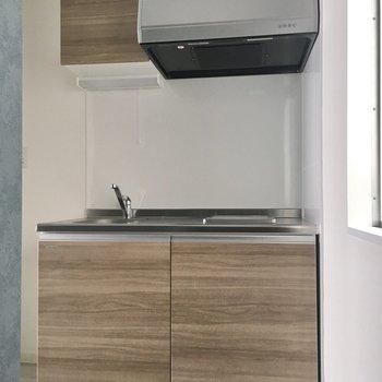 キッチンは木目調でナチュラルな色合い。