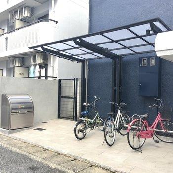 自転車置き場はちゃんと屋根付きですよ。