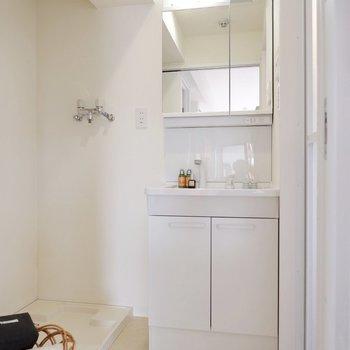 独立洗面台の横に洗濯機置き場です。