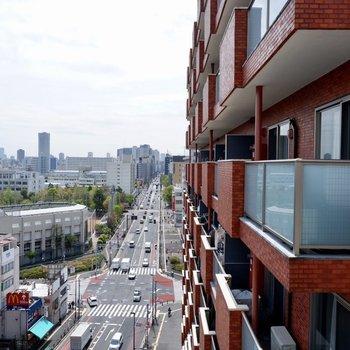 【LDK】お隣のマンションと真っ直ぐに伸びる道が見えます。