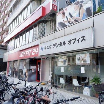 建物内にはジムと歯科医院が併設されています。