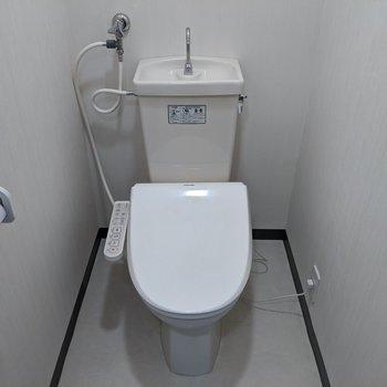 ホワイトで清潔感のあるおトイレ。嬉しいウォッシュレットつき