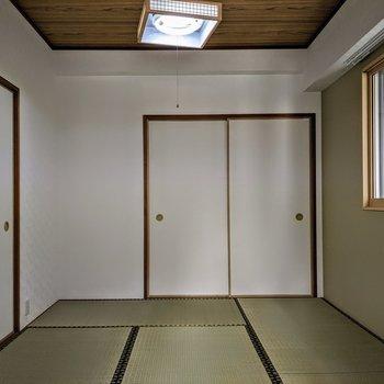 [和室2]背の低めの本棚を窓の前に置いて、座椅子でゆったりと読書〜静かな和空間