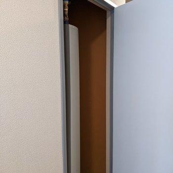 玄関入ってすぐ右側の扉は電気温水器、、、収納ではないのでご注意