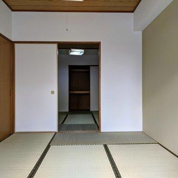 [和室1]左の扉はリビング、奥の扉でもう一つの和室にすぐ繋がってる〜移動が便利だ