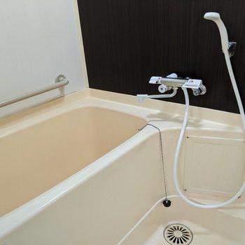 浴槽にはてすりがついている安心設計