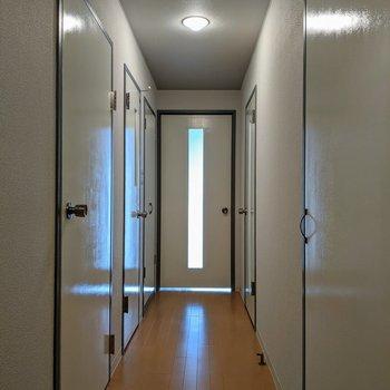 玄関からは全部で6個の扉が目に入る!なんだかワクワク