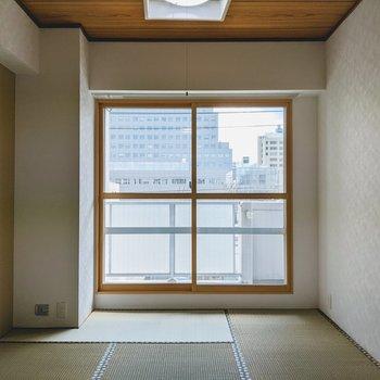 [和室1]ベランダに出れる窓付きのお部屋。ここに布団を敷いてお昼寝してみたいなぁ〜