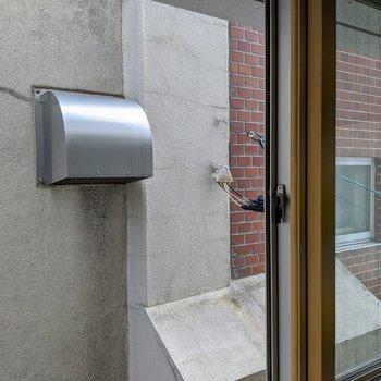 [和室2]眺望は隣の建物の壁があります。覗かれる心配はナシ