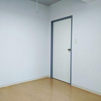 [洋室]シンプル洋室。ここは寝室にどうぞ