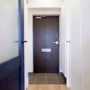 玄関廊下の手前の扉がトイレです。