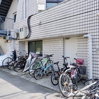 駐輪場は大通りから小道に入ったところの屋外ですす。