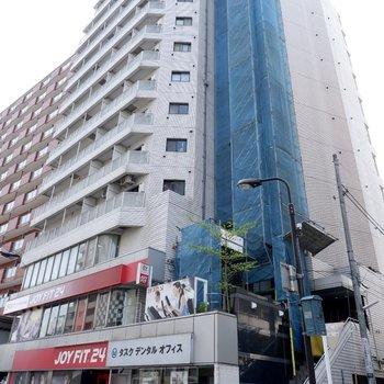 大通り沿いのテナントが入っている建物です。