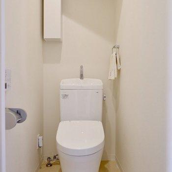 トイレには小棚が付いています。