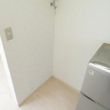 冷蔵庫横には洗濯機置き場