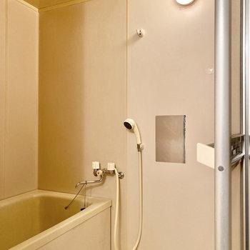 お風呂は脱衣室入って右です。ミニミラーがついてますね。