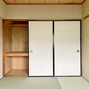 【和室】こちらの押入れも奥行きが。衣装ケースなど活用するとすっきり収納できそう。