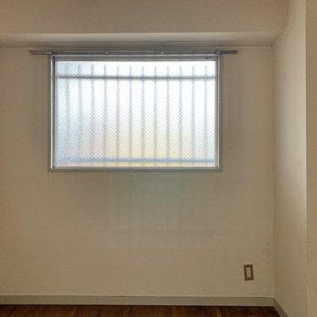 【洋室②】窓は曇ガラスになっています。