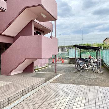 建物奥に駐輪場があります。