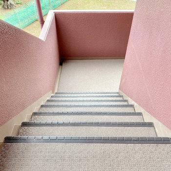 お部屋までは階段ですよ。横幅があるので家具の搬入などは大丈夫そう。