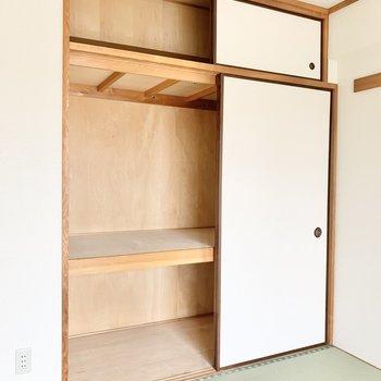 【和室】3段に分けて収納ができます。
