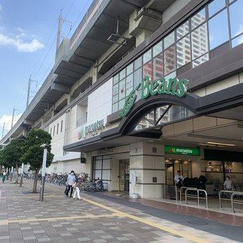 駅前にはスーパーなどがあります。