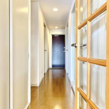 廊下を歩いて次のお部屋へ。
