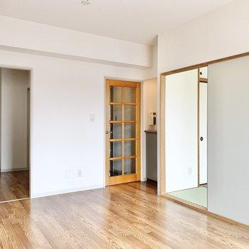【LDK】隣に和室があります。ドアの横に収納があります。