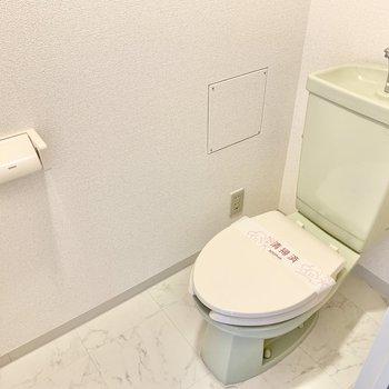 トイレ上には棚が付いていました。