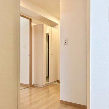 廊下の左側にも6.3帖の洋室があります。