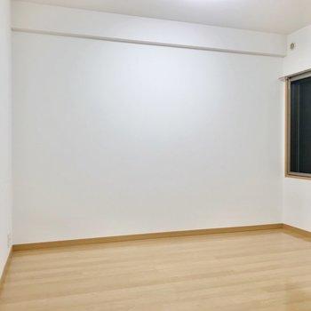 キッチンの隣には6.2帖の洋室。廊下にも続く扉があります。