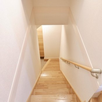 玄関は1階に、手すり付きです。