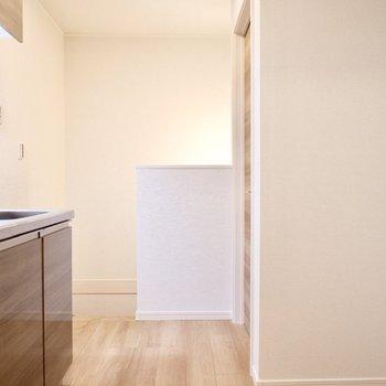 キッチン背面に冷蔵庫置き場があります。
