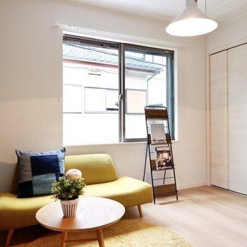 腰窓の為、家具を壁付けにして空間を広々使えます。