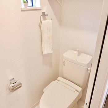 トイレには小窓に上部棚。使い勝手が良いですね。