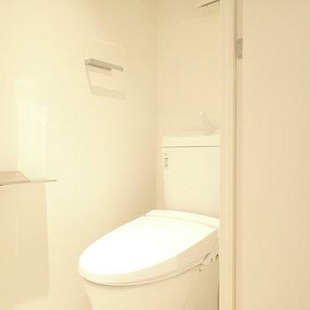 スマートなトイレ。ウォシュレットつきです。