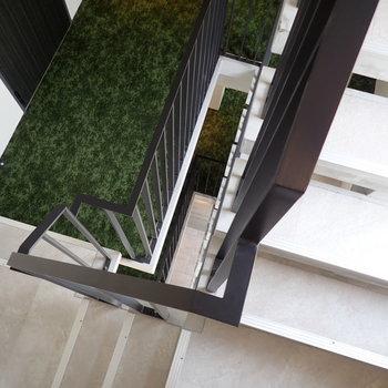 共用部】階段で降りたくなる美しさ。