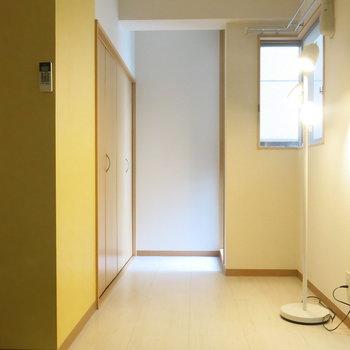 黄色の優しいアクセントクロス!(※写真は8階の同間取り別部屋、モデルルームのものです)