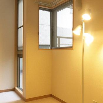 窓が多くて風通しもGOOD!(※写真は8階の同間取り別部屋、モデルルームのものです)