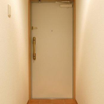 玄関周りもシンプルで使いやすそう〜!(※写真は8階の同間取り別部屋、モデルルームのものです)