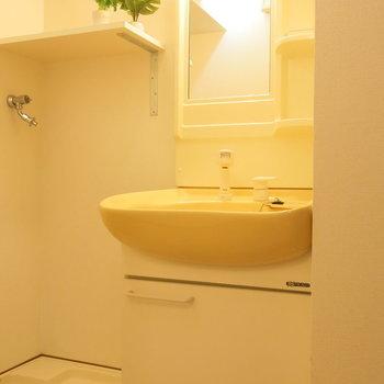 洗面台にちょっとした棚も!(※写真は8階の同間取り別部屋、モデルルームのものです)
