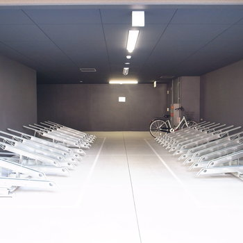 【共用部】駐輪場はマンションの入り口のそば。