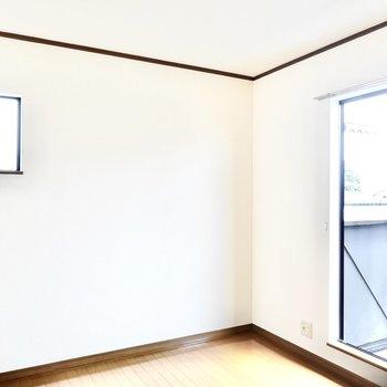 広さは約6帖。角部屋なので小窓付き。
