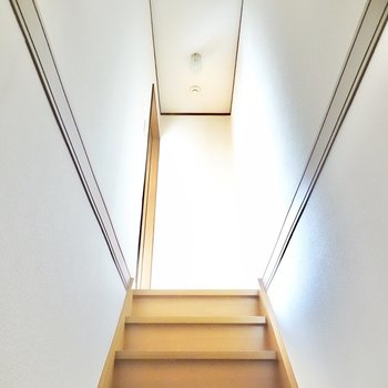 階段を登ると南側の洋室へ。