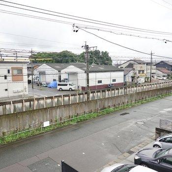お部屋のすぐ側を電車が通っていきます。