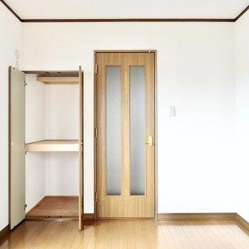 階段側には押入れ付き。温かな寝室に。